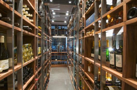 Cave à vin en noyer américain réalisée par Pierres et Roches pour le restaurant Le Samuel
